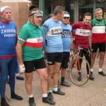 Un gruppo di ciclisti che ha colto lo spirito dell