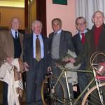 Foto di gruppo, il secondo da destra è Andrea, fig